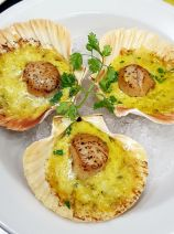 Pan seared scallops, leek and safron sauce.